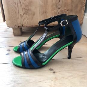 Jane stiletter/sandaler fra kvalitetsmærket Marie Monin. Brugt få gange (kan nærmest ikke ses).  Har fået ekstra forsåling og beskyttelsesfilm på hælen - det sidste kan fjernes igen.  Hælhøjde: 7 cm.  Alm. i str.   Bytter ikke!