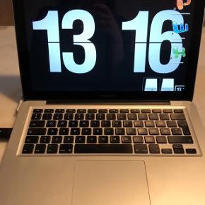 """Sælger min elskede Macbook, efter 5 års tro tjeneste, som studie computer. Standen er rigtig fin og den har stadig nogle år i sig til skolebænken.  Type: MacBook Pro 15""""  Mid 2012 Processor: Intel Core i7 2.66 GHz Harddisk: 275 GB SSD Hukommelse: 4 GB DDR3 Skærm: 15"""" (1440×900) Grafikkort: Intel HD Graphics 256 MB / Nvidia GeForce GT 330 512 MB Operativsystem: High Sierra 10.13 Årgang: 2012 Tilbehør: Oplader (den virker. Men har dog slidtage)  Kun seriøse henvendelser, skal hentes i Silkeborg på min adresse  NY PRIS"""