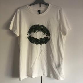 Sælges helt ny T-shirt med camouflage i str. XL kan os passes af en str. L og den har aldrig været brugt. Kom med et bud