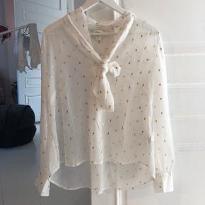 Fin hvid skjortebluse med små guld firkanter