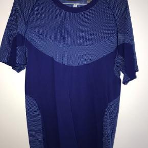 Mørkeblå træningstrøje. Str. M. T-shirt med masser af elastik i stoffet.   Skriv gerne for yderligere information:) Kom gerne med bud☺️