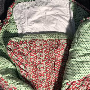 Alsidig og multifunktionel kørepose pt. med vinterdyne, der yder maksimal komfort til dit barn og som er dejlig varm at ligge i. Der følger næsten ubrugt sommerdyne med samt helt ny bæreplade. Der er tre bittesmå ubetydelige huller i stoffet ved hovedenden. Ses ikke og man skal lede for at se dem. Pris sat derefter. Praktisk taske til opbevaring medfølger. 🌸 Byd 🤩