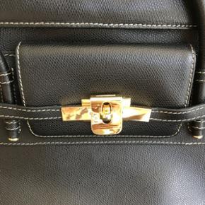 Super god kvalitet italiensk taske sælges. Tasken  lavet af ægte læder. Den er køb i Rom. Normal pris var 2300kr. Tasken tilstand er super god, dog vil jeg sige at der mangler et metal knap bag på tasken kan ses på en af billederne men det er ikke noget man ser med det samme. 😊 Målene ca. 30x13x23cm Bytter ikke 😊
