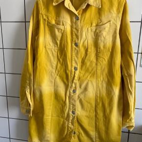 Gul denimkjole fra ganni. Den er brugt få gange, og er af god kvalitet, så der er ingen brugsspor.