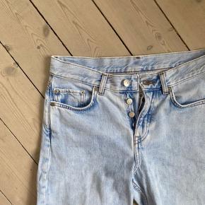 Jeg sælger disse jeans fra arket, der er i et loosefit. Størrelsen er omkring en 26-27, men fordi de er løse kan de passes af flere størrelser.