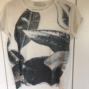 T-shirt med faded tryk.   Brugt få gange   Jeg bytter ikke
