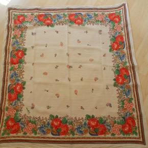 Jackpot tørklæde off white med blomster, folklore stil, 100x104 cm, brugt 1-2 gange, stort set som nyt