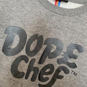 Super fed sweatshirt af mærket Dope Chef. Brugt få gange. Kan bruges af begge køn.   Giver gode mængderabatter 🌸