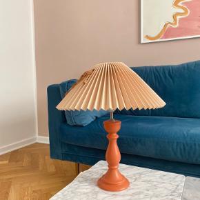 Lyserød / ferskenfarvet antik retro bordlampe med lyserød / Rosa lampeskærm og orange / ferskenfarvet lampefod 41,5 cm i højden med lampeskærm 34 cm i bredden af lampeskærm Lampefod ø; 10,5 cm  Kan afhentes i Aarhus c eller sendes :)