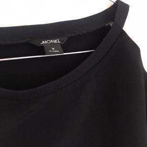 Bluse/t-shirt i tyk polyester kvalitet. Passes også af L, da den er ret stor i størrelsen.