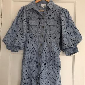 Overvejer at sælge min flotte Ganni kjole. Brugt én gang i sommers og står som ny.   Str. 36/small   Nypris: 2000 kr.   Kvittering haves.