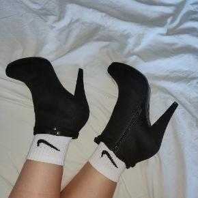 Det er nogle rigtig dejlige sko at gå i. Jeg bruger dem desværre ikke mere. De blev købt og brugt til Galla, men har efterfølgende ikke brugt dem. Der er tegn på at de er blevet brugt på skosålen men ikke noget man lægger mærke til.