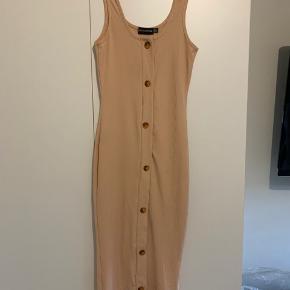 Så fin koralfarvet, tætsiddende kjole fra PRETTY LITTLE THING, aldrig brugt!  Passes af xs/lille small.