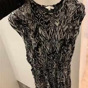 Varetype: Kjole Farve: sort og hvid Oprindelig købspris: 1350 kr.  Sælger min elskede Iro kjole, da den ikke er mig mere. Den er en str 38, og kan derfor passes af en M. Er man en str S, kan man også sagtens være i den.  Den er købt for 1350,- og er blevet brugt en del gange, men fremstår stadig i rigtig god stand.