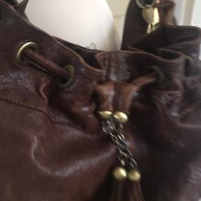 Flot brun taske med patina.