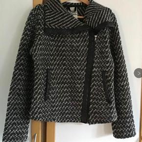 Den lækreste jakke af wolle, nylon, acryl. Måler fra ærmegab til ærmegab 53 cm. Længden 63 cm Med lommer.