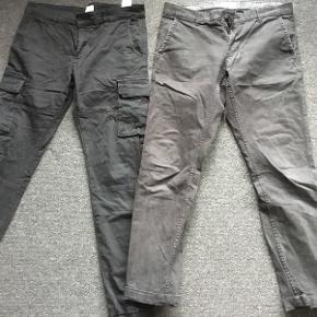 To par smarte bukser fra Only & Sons str. 30/32 og 31/32. Lyset snyder, bukserne til venstre er sorte og har lommer og elastikfor nede i buksebenene og dem til højre er sort/grå med smalleben og opsmøg.