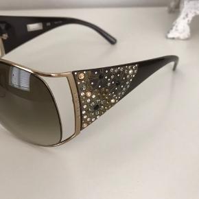 Givenchy solbrille med simili sten. Fejler intet, afhent 2300 København S  Nypris 3800kr