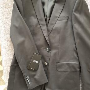 Skønt helt nyt jakkesæt! Modelbilledet er et jakkesæt helt magen til, som jeg sælger. Skriv for flere billeder eller spørgsmål. Slips og skorte, samt klud, medfølger ikke.  Slå til nu og få et helt nyt bælte fra Hugo boss oveni, for kun 200kr(str85) !