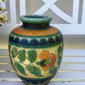 Gammel vase med patina. Super smuk og uden skader. Skal helst afhentes.