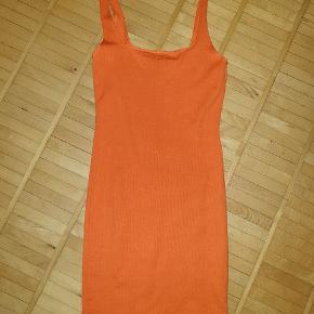 Orange kjole købt i Thailand str. M, lille i str. Svarer til S. Aldrig brugt.