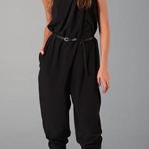 Cool buksedragt med lommer og fine detaljer på brystet. Lukkes med lynlås bagpå. Modellen hedder Aisha. Prisen er fast og fair. Bytter ikke !!