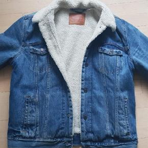 Levis oversize jakke med Teddy, brugt sparsomt. Str large   Købspris 1500 Mp 700