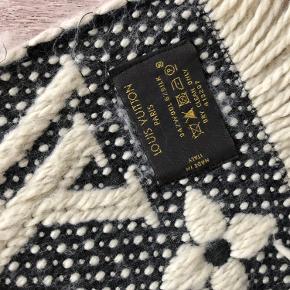 Sælger mig Louis Vuitton tørklæde.