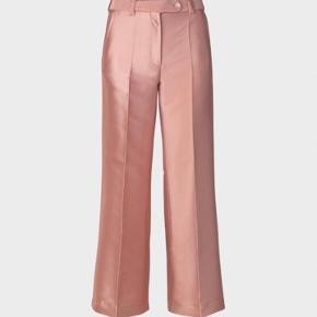 Super flotte Stine Goya bukser i silkeagtigt stof. Sælges da de er for små. Brug 1-2 gange. En lille smule stumpe og med lidt vidde i bunden af buksebenet