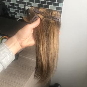 Se alle billeder igennem. De er helt nye, og aldrig brugt. Der er medfølgende klips. Farvekoder står på et af billederne. Det er ægte remy hår.