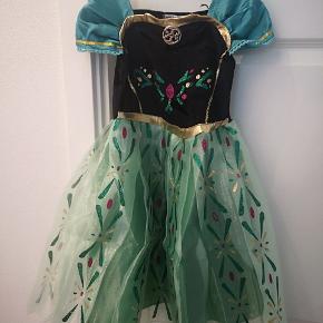 Rigtig fin Anna kjole. Min datter vil kun være Elsa, så derfor sælges den. Aldrig brugt. Står str 110 i kjolen, men 104 kam sagtens passe den. Fra røgfrit hjem, afhentes 6710 Fourfeldt Esbjerg.