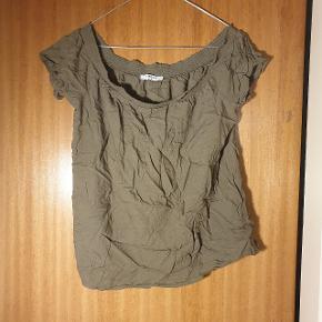 Smuk over the shoulder T-shirt fra PIECES, i str. M, brugt 1 gang.