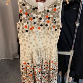 Prikkede kjole fra Max mare. Brugt få gange.