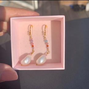 OBS! Hjemmelavet smykker. Lavet af forgyldt Sterling sølv 925, ferskvandsperler og smukke zirkonia sten 🌸  Smykket laves også i sølv.