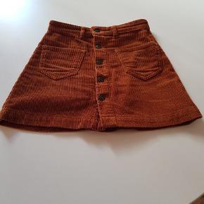 Fin nederdel fra Only i str. xs. Kun brugt nogle få gange, og derfor er der ingen brugsspor på den. Sælges da jeg ikke får den brugt
