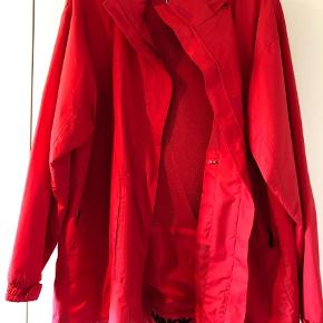 Brand: Nanok Varetype: Vindjakke Farve: Rød Oprindelig købspris: 800 kr.  Vind og vandtæt jakke fra Nanok med skjult hat i nakkekrave.