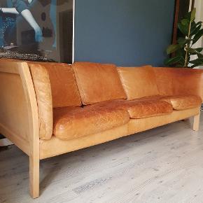 Klassisk patineret læder sofa. I  retro cognac farvet. Vil tro den er fra brdr. Friis.