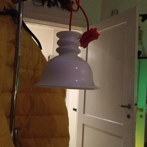 Flot gammel Holmegaard Tivoli pendel i hvidt opalglas, sælges...    Lampen fremstår i perfekt stand, uden afslag, revner, eller lign..     Den er blevet fittet med en ny rød stofledning, og klar til brug..     Den måler ca 18 h X 25 b..     Foretrækker den bliver hentet, da det ville være synd, hvis den gik i stykker, under fragt..     Men kan sendes, på købers egen regning, og ansvar..     SE OGSÅ ALLE MINE ANDRE ANNONCER.. :D