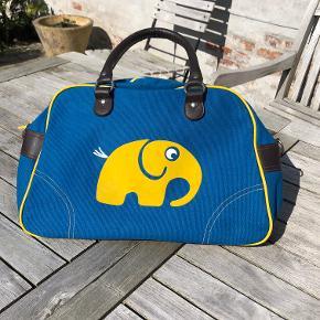 Størrelse: 35 x 24 x 15 Farve: BLÅ Super fin blå taske med gul elefant fra RoomMate. Har kun stået på børneværelse til pynt, aldrig rigtig brugt.  Pris: 75 kr pp