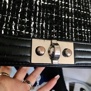 Taske fra Gina Tricot. Brugt en del, men har kune tegn ved låsen ☺️