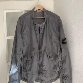 Stone island shimmer jacket, str XXL men passer mindre, jeg er 191 på billederne og bruger normalt XL. Den har desværre er huller og nogle små skræmmer men ikke noget men let ser.  Sælges til 1000kr