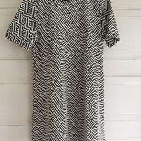 Fin grå/ hvid kjole str 40-42 M. BM på 49 cm. Kan også hentes i Århus C