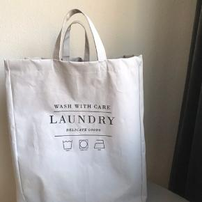 Vandtæt vasketøjs kurv. Har lidt brugs spor og sælges derfor billigt. Konge god, hvis man skal slæbe vasketøj op og ned fra kælderen evt.