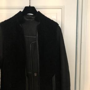 Sælger min smukke rulamsjakke, da jeg desværre aldrig har fået den brugt. Købt for et par år siden i Club Collection på Østerbro for 6000 kr. Jakken er vendbar, og er lavet af rulam samt læder. Man er mere end velkommen til at prøve før køb☺️