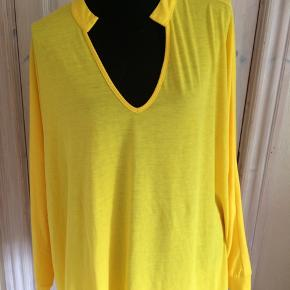 Ny gul oversize bluse fra Floryday. Brystmålet er 2 x 88 cm Længde 70 cm foran og 80 cm bagpå