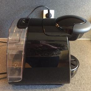 Bosch Tassimo Glossy Shine TAS2002/06 kapselkaffemaskine. Helt fin og ren uden kalk. Kun brugt få gange. Servicedisc medfølger. Sælges da jeg ikke rigtigt får den brugt og jeg er igang med at rydde ud i mit bohave!   Afhentes i Horsens mod kr 80 kontant. Jeg sender ikke!