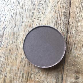 """Øjenskygge (single pan) fra MAC i farven """"Brun"""" ☀️ Kun swatchet, hvilket også kan ses på billedet, ellers som ny 🌈 Kan afhentes i Aalborg ☺️"""