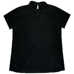 Sød sort bluse med lille ærme fra American Apparel i str m/l. Brugt få gange og i fin stand.