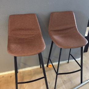 Hej jeg sælger de her lækre bar stole som kun har været stået til pynt de næsten ikke brugte og er derfor så gode som nye, de er købt fra my home.  Sælges kun fordi flytning 😊