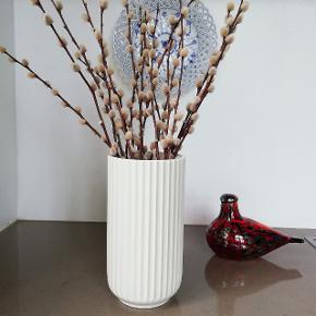 Gammel original vase fra Lyngby Porcelæn. Produceret i perioden 1940-1950. Vasen er den store model og er 20/21 cm høj og 11 cm i diameter. Perfekt til grene eller blomster buketter.  Den har ingen fejl, skår eller revner.  Det er muligvis en 2 sortering, da den har en rids i bunden, ligesom det ses hos Royal Copenhagen. Men jeg kan ikke få øje på hvad denne sortering skulle komme af - men det skal nævnes.